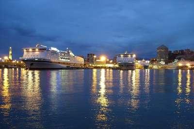 Морской порт Генуи ночью
