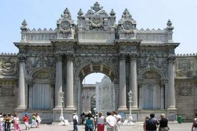 Дворец Долмабахче, Ворота султана