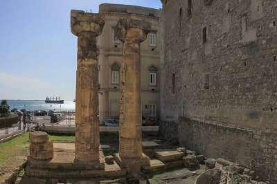 Руины греческого храма Посейдона в Таранто, Апулия