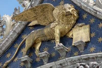 Барельеф на фасаде собора