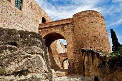 Стены и башни замка Санта-Барбара
