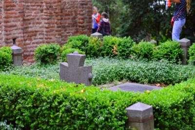 Захоронения на территории церкви в Бояне