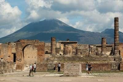 Вид на Помпеи и Везувий