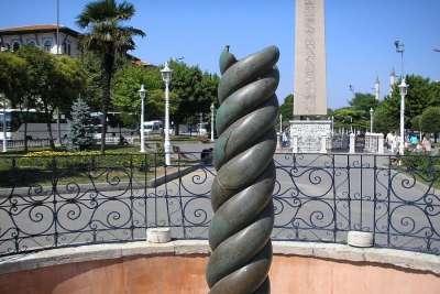 Змеиная колонна крупным планом