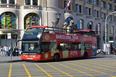 Туристический автобус на остановке