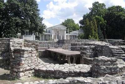 Основания древних стен Аквинкума
