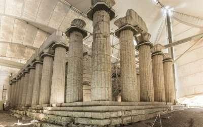 Колонны храма под тентом