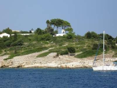 Церковь и маяк на острове Панагия