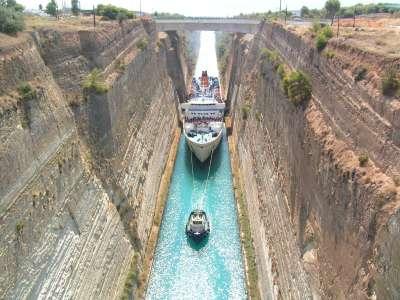 Проход судна по Коринфскому каналу