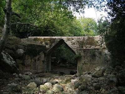 Древний мост в районе Элефтерны