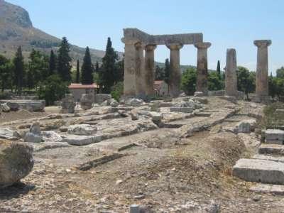 Колонны и фундамент Коринфского храма