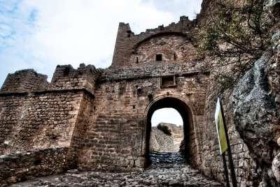 Руины крепостных стен Акрокоринфа