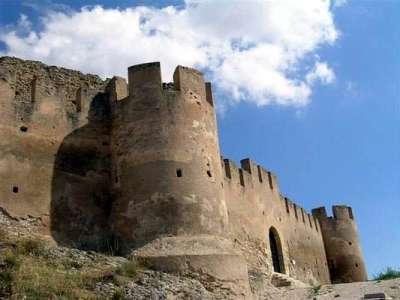Крепостная стена с башнями