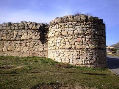 Остатки древнего замка Мансанарес-эль-Реал