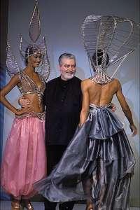 Пако Рабанн с моделями