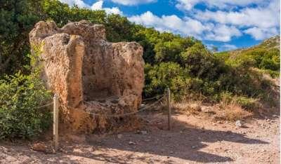 Раскопки в Фаласарне. каменное изваяние в виде трона