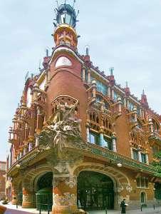 Скульптура Мигеля Блая на углу Дворца Каталонской музыки