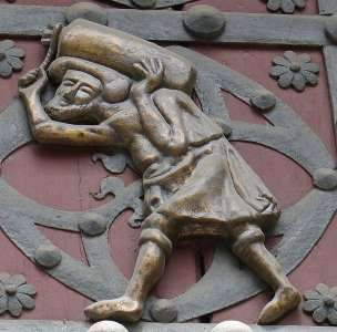 Фигурки рабочих на воротах церкви