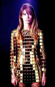 Франсуаза Арди в платье из металлических пластин от Пако Рабанна