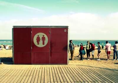 Общественные туалеты в Барселоне на пляже