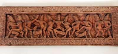 Эротические сценки на деревянном панно